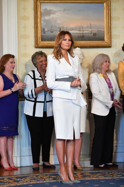 Фото №1 - Мелания Трамп выгуляла эффектные туфли, но в Сети обсуждают лишь вздувшиеся вены на ее ногах