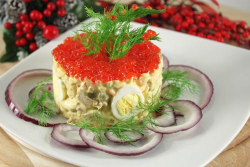shutterstockСалат «оливье» изобрел в 60-е годы XIX века повар-француз Люсьен Оливье — владелец трактира «Эрмитаж», который в те времена находился на Трубной площади. По всем статьям это был не трактир, а самый высокоразрядный парижский ресторан. Главной достопримечательностью эрмитажной кухни сразу же стал салат «оливье». Способ приготовления салата Люсьен Оливье держал втайне, и с его смертью секрет рецепта считался утерянным. Тем не менее основные ингредиенты были известны, и в 1904 году рецептура приготовления салата была воспроизведена.