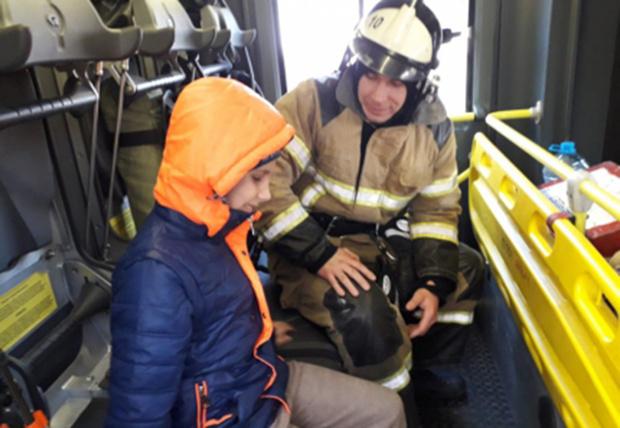 Фото №1 - Ростовские пожарные навестили слепого ребенка, который год звонил им от одиночества