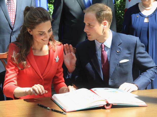 Фото №2 - Что говорят подписи Кейт Миддлтон и принца Уильяма об их браке?