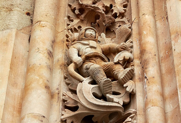 Фото №1 - Откуда на испанском соборе появилась фигура космонавта?