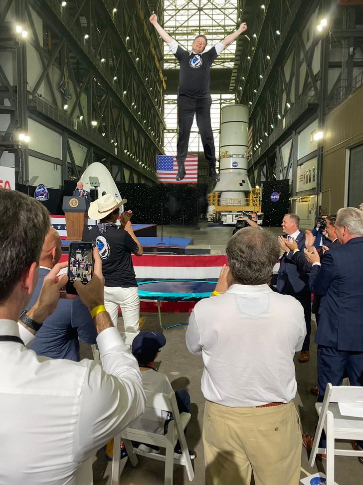 Фото №11 - Лучшие фотожабы на Илона Маска, празднующего успешный запуск Crew Dragon на МКС