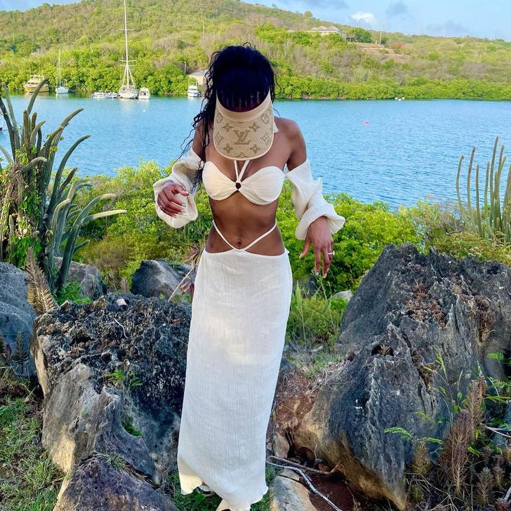 Фото №1 - Льняной костюм и соломенный козырек: модель Джордан Данн нашла безупречный наряд для отпуска