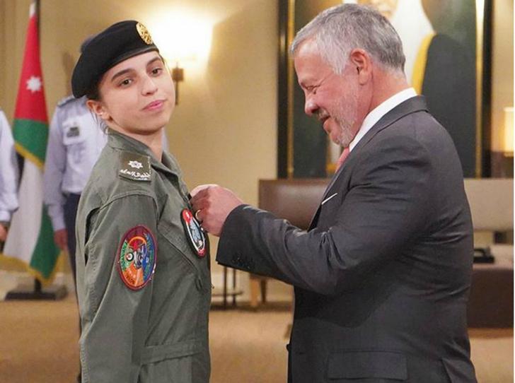 Фото №2 - Дочь королевы Рании стала первой женщиной-пилотом в Иордании
