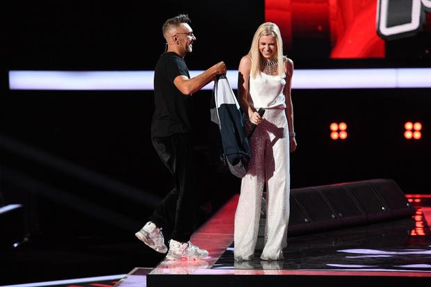 Фото №1 - Теперь любит блондинок: Шнуров подарил девушке свою куртку