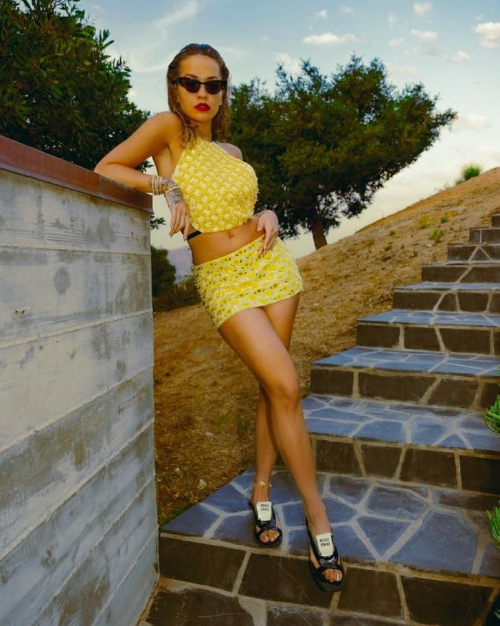 Фото №2 - Топ + ультракороткая юбка, в которых не жарко: яркий костюм Риты Оры со стразами