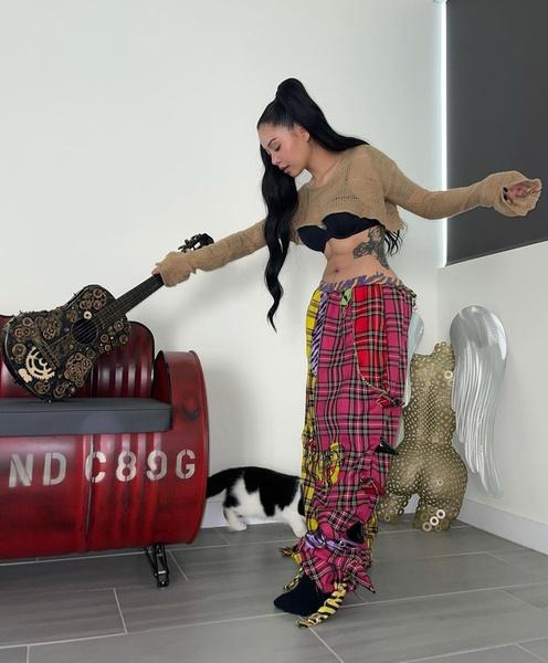 Фото №1 - Белла Порч показала образ с ОЧЕНЬ широкими штанами 😅 Кажется, это новый тренд!