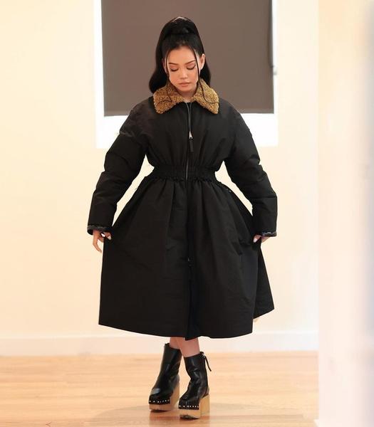 Фото №2 - Белла Порч доказала, что пуховики с «юбками» снова в тренде? 😱