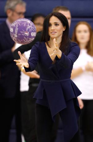 Фото №3 - Спорт на шпильках: герцогиня Меган слишком элегантна?