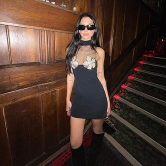 Фото №2 - Гроза вечеринок: Дуа Липа в маленьком черном платье с необычным декором на груди 😳🌸
