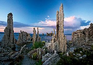 Основная часть солей, содержащихся в морской воде, образовалась на заре геологической истории, при возникновении Мирового океана. Присутствовавшие в атмосфере вулканические газы, реагируя с водой, образовывали кислоты. Те реагировали с силикатами металлов в породах океанского дна, порождая соли. Еще некоторое количество солей принесено в моря реками, которые вымывают их из минералов суши. Поступившая в море речная вода испаряется, а соли накапливаются. В реках вода обычно пресная, поскольку они питаются атмосферными осадками, не содержащими солей, и текут по давно промытым руслам. И все же в некоторых засушливых горных местностях (например, в Копетдаге) соленые реки существуют.