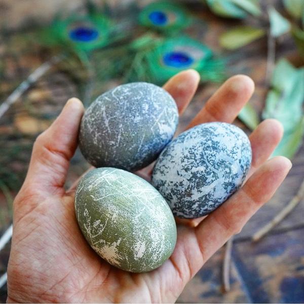 Фото №2 - Готовимся к Пасхе: можно ли красить яйца лаком для ногтей?