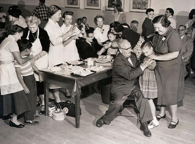Фото №1 - Зачем в начале 1950-х в США детям делали татуировки с их группой крови