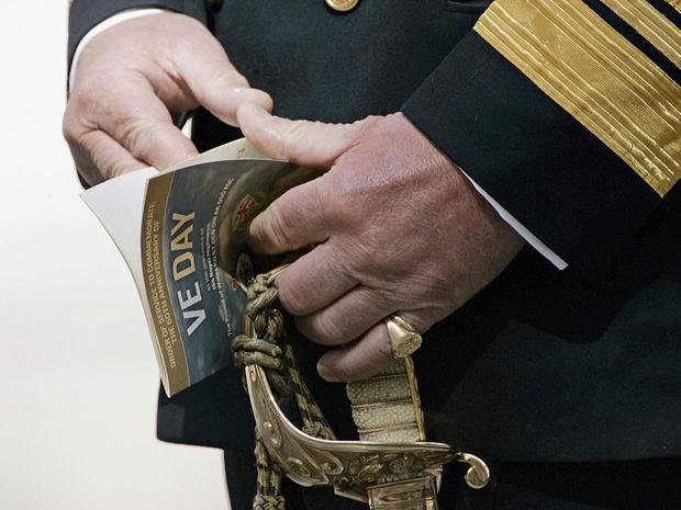 Фото №4 - Загадочное украшение: что означает кольцо на мизинце принца Чарльза
