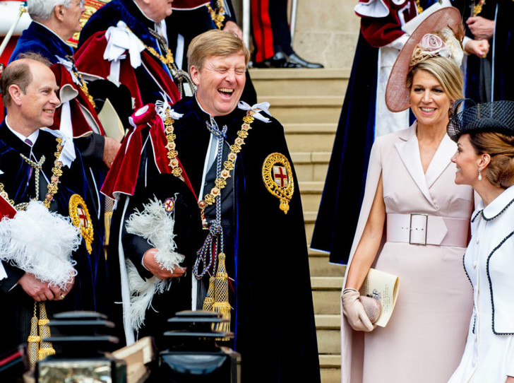 Фото №1 - Елизавета II посвятила в рыцари ордена Подвязки короля Нидерландов и короля Испании