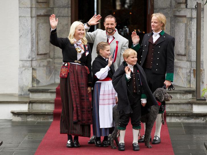 Фото №1 - Поездки на автобусе и серфинг на день рождения: как живет и на что тратит деньги самая скромная королевская семья Европы