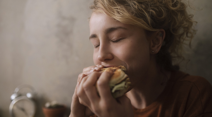 Не от хорошей жизни: вся правда о компульсивном переедании