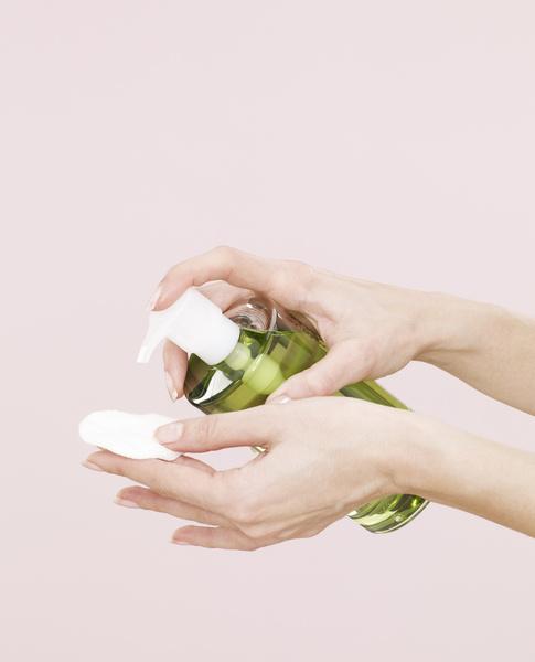 Фото №2 - 12 средств, которые косметологи никогда не нанесут на свою кожу