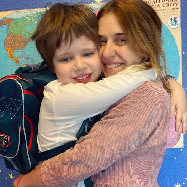 Фото №1 - «Сын просит прощения, что не защитил»: жестоко избитая в поезде украинская телеведущая так и не восстановилась, а ее 6-летнему ребенку нужен психолог