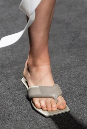 Фото №26 - Самая модная обувь весны и лета 2021: советы дизайнеров