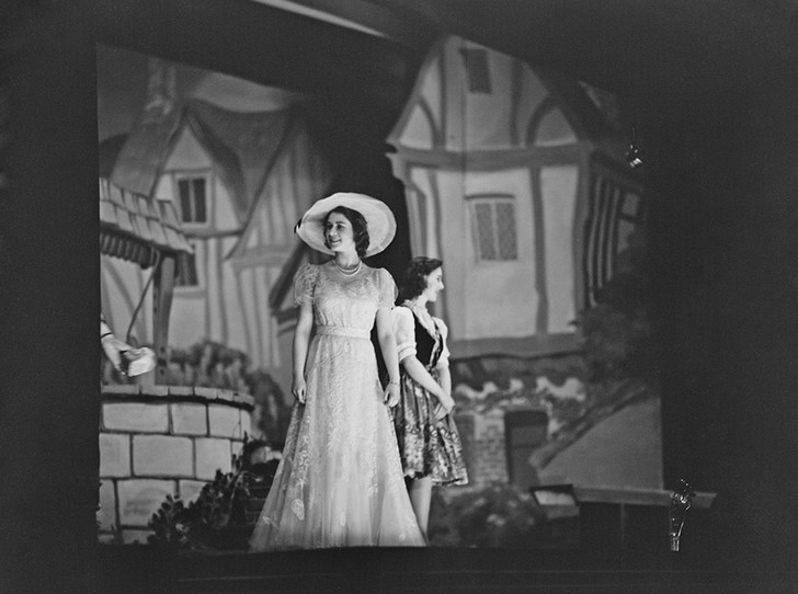 Фото №41 - Рождественский театр Виндзоров: как принцессы Елизавета и Маргарет поднимали боевой дух нации
