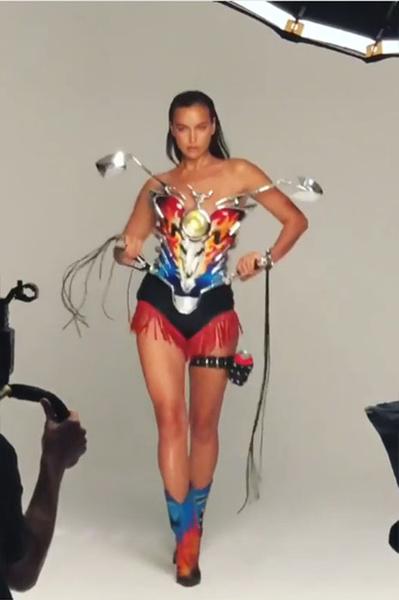 Фото №1 - Кожаные шорты и мотокорсет: Шейк снялась в смелом клипе