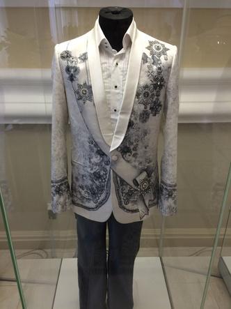 Фото №8 - Что висит в шкафу у звезд шоу-бизнеса: 15 необычных нарядов