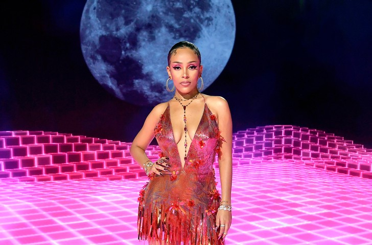 Фото №2 - MTV Video Music Awards 2020: лучшие и худшие наряды звезд на красной дорожке