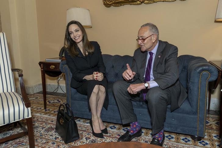 Фото №1 - Кулаки-колени и носки-огонь: в сети шутят про фото Джоли с сенатором