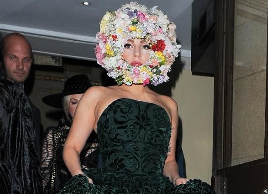 Фото №1 - Леди ГаГа открыла показ модельера-шляпника Филипа Трейси