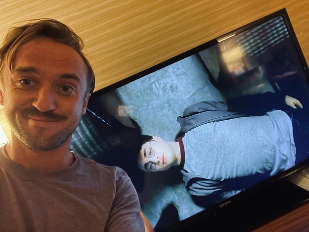Фото №1 - Ностальгия вошла в чат: Том Фелтон решил пересмотреть «Гарри Поттера»