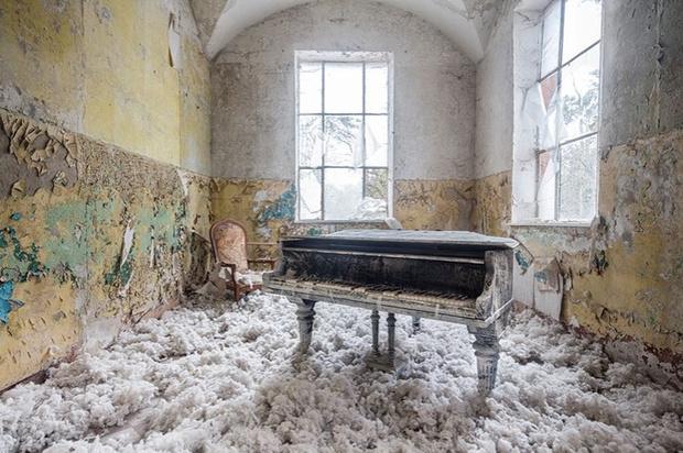 Фото №1 - Зловещие фотографии пианино в заброшенных домах (галерея)