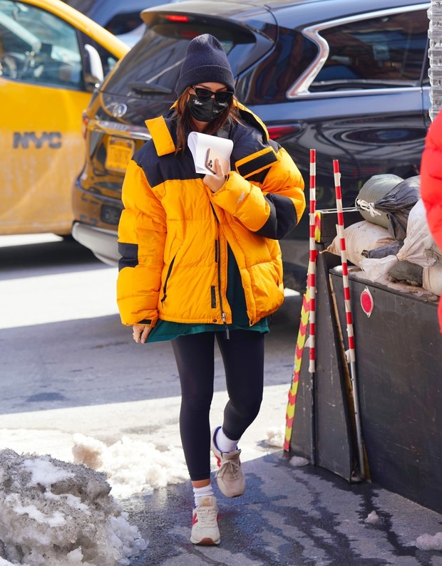 Фото №1 - Какой пуховик выбрать для последнего месяца зимы? Эмили Ратаковски делает ставку на желтый!