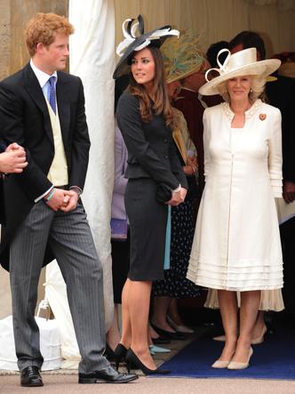 Фото №8 - До свадьбы и стилиста: какими были официальные выходы Кейт в статусе подруги принца