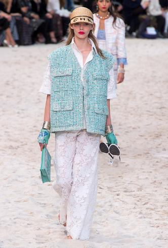 Фото №8 - Босиком по песку: грандиозное шоу Chanel SS 2019 на пляже