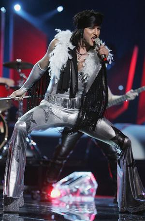 Фото №11 - Самые яркие (и странные) сценические наряды за всю историю Евровидения