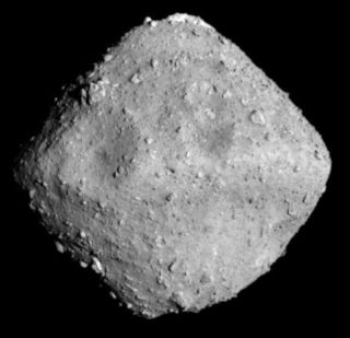 Фото №1 - Гигантский астероид Рюгу похож на губку
