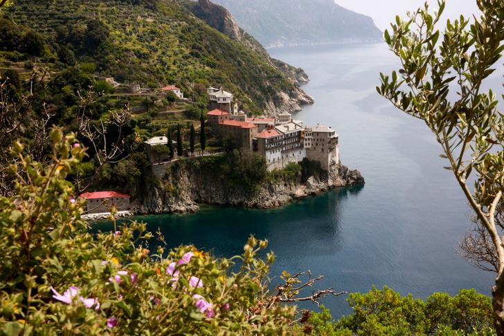 Фото №2 - Жемчужины веры: 7 самых красивых монастырей планеты