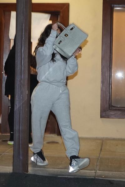 Фото №2 - Так ли идеальна? Ким Кардашьян прячет лицо без макияжа от папарацци