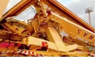 Гигантский контейнеровоз сносит портовый кран в Индонезии (видео с трёх ракурсов)