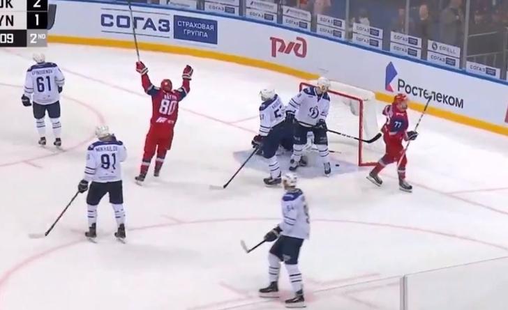Фото №1 - Ай да шайба! Хоккеист российского клуба забил с острого угла (видео)