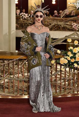 Фото №3 - Только топ-модели: Эшли Грэм, Наоми Кэмпбелл и другие на показе Dolce & Gabbana Alta Moda