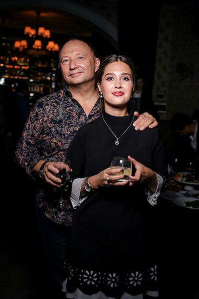 Фото №1 - Юрий Гальцев встречается с актрисой, которая младше его на 30 лет