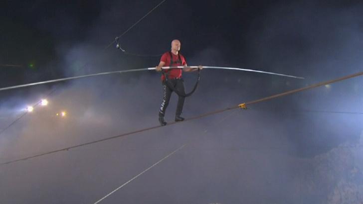 Фото №1 - Знаменитый канатоходец проходит над жерлом действующего вулкана (видео)