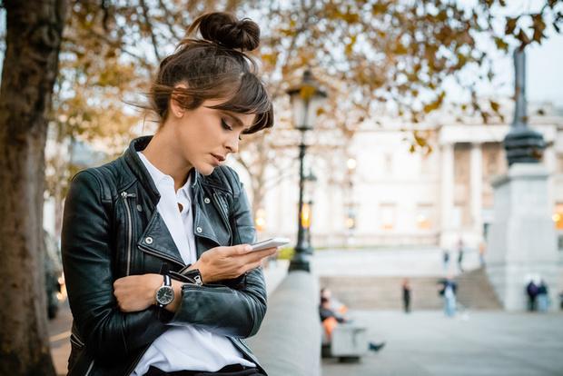 Девушка в телефоне фото