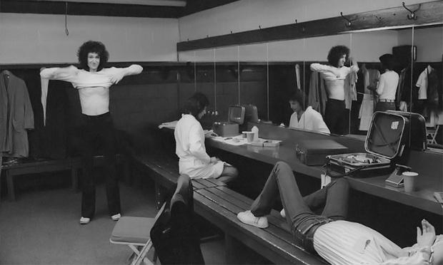 Queen в гримерке за сценой в разгар американского турне, январь 1977
