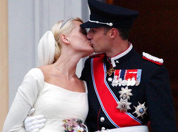 Фото №70 - Самые трогательные моменты королевских свадеб (о Гарри и Меган мы тоже не забыли)