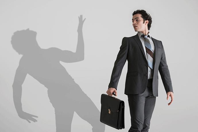 Мужчина и его тень на стене