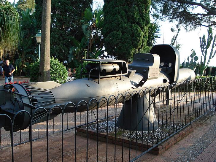Торпеда Maiale на постаменте в Сицилии