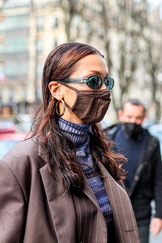 Фото №3 - Wet hair, аквамариновые очки и кроп-водолазка: Белла Хадид точно знает, как оказаться в центре внимания